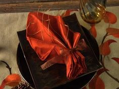 Fold a Leaf Napkin - all kinds of tuts on how to fold lots of different decorative table napkins!