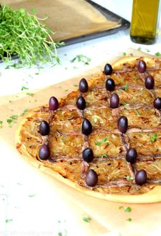 A pissaladière is perfect to enjoy lukewarm cut into squares. It is a great appetizer for a summer gathering! Italian Recipes, New Recipes, Onion Pie, Great Appetizers, Caramelized Onions, Recipe Of The Day, Tray Bakes, Stuffed Peppers, Herbes De Provence