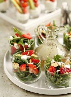 Vorspeisen im Glas leichte-vorspeise-salat-rukola-erdbeeren-soße