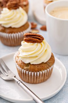 Hummingbird cupcakes are a classic Southern dessert. Filled with fruit and nuts, these party-ready cupcakes will make everyone hum with excitement! Best Dessert Recipes, Cupcake Recipes, Easy Desserts, Delicious Desserts, Cupcake Cakes, Cup Cakes, Top Recipes, Sweet Desserts, Muffin Recipes