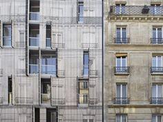 Un immeuble mimétique se fond dans une rue Haussmannienne