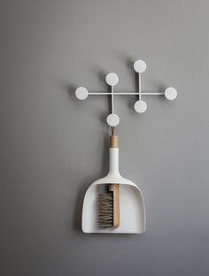 Sweeper & Funnel, White Schaufel und Besen in weißem Design designed b