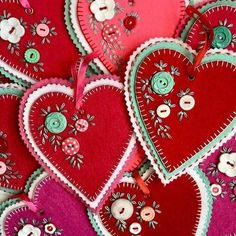 This art that makes me happy: Hand stitched felt hearts Felt Embroidery, Felt Applique, Valentines Day Hearts, Valentine Day Crafts, Pictures Of Valentine Hearts, Felt Decorations, Valentine Decorations, Fabric Crafts, Sewing Crafts