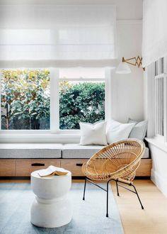 Roma blinds über die ganze Breite des Fensters und Verdunkelung/Abschattung darunter direkt auf der Scheibe. TV Bänke vor die Fenster/Heizkörper