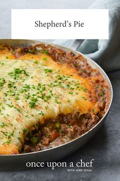 The epitome of simple, homey comfort food, shepherd's pie is a casserole consisting of creamy mashed potatoes atop a rich and bubbly stew. Casserole Recipes, Meat Recipes, Gourmet Recipes, Dinner Recipes, Healthy Recipes, Country Cooking Recipes, Delicious Recipes, Fresh Broccoli, Creamy Mashed Potatoes