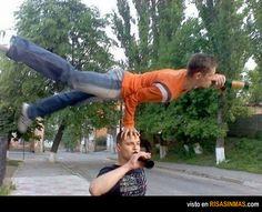 Aspirantes rusos al Circo del Sol. En Rusia lo normal tras unas cervezas es comenzar a realizar piruetas sobre la cabeza de tu colega.