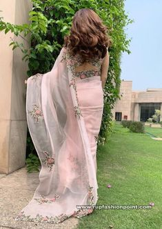 Dia Mirza in Anamika Khanna Saree: The beauty with brain actress Dia Mirza is surprising her fans daily by her amazingly enchanting looks. For the female summit Dress Indian Style, Indian Fashion Dresses, Indian Designer Outfits, Indian Wear, Asian Fashion, Saree Designs Party Wear, Saree Blouse Designs, Trendy Sarees, Stylish Sarees