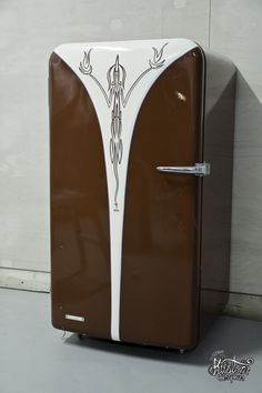 Pinstriping on Vintage Fridge. - Click image too see more photos of this project. This would be a great beer fridge! Garage Art, Man Cave Garage, Garage Ideas, Vintage Fridge, Beer Fridge, Pinstripe Art, Pinstriping Designs, Airbrush Art, Rat Rods