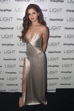 Dresses Best Looks: Selena Gomez. From decadent Marchesa dresses to Versace power suits, Selena Gomez can wear it all, flawlessly and In Oscar de la Renta and Giuseppe Selena Gomez Fashion, Selena Gomez Outfits, Vestido Selena Gomez, Style Selena Gomez, Selena Gomez Fotos, Selena Gomez White Dress, Selena Gomez Long Hair, Selena Gomez Red Carpet, Zendaya Fashion