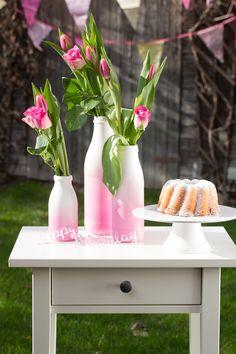 DIY für Ostern oder Geburtstag, schelle Tischdeko mit Sprühfarbe, Vasen im Farbverlauf