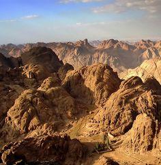 2 hour hike to watch most spectacular sunrise. Mount Sinai Egypt, Saint Catherine's Monastery, Beautiful World, Beautiful Places, Desert Location, Sinai Peninsula, Valley Of The Kings, Sharm El Sheikh, Oasis