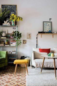 Un appartement rétro et bohème, slowlife, canapé blanc et plantes vertes