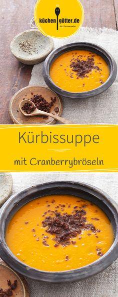 Was gibt es im Herbst besseres als einen großer Teller Kürbissuppe? Einen großen Teller Kürbissuppe mit knusprig-fruchtigem Cranberry-Topping!