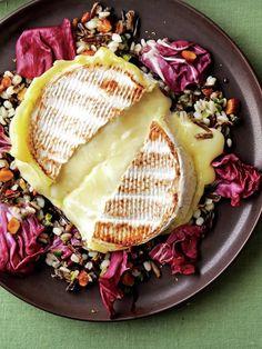 丸ごと焼いたアッツアツのカマンベールを、雑穀サラダにオン。とろーりオムライス風がたまらない!|『ELLE a table』はおしゃれで簡単なレシピが満載!