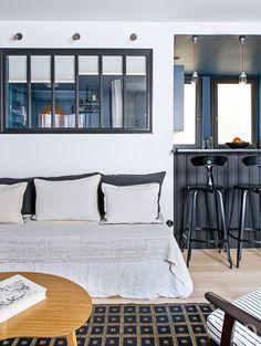 室内窓で浴室とつながる30平米のワンルームのリビングスペース