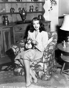Rita Hayworth knitting