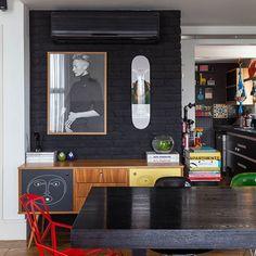 o que a gente mais encontra é ideia legal de decoração... nesse apê os moradores pintaram o aparelho de ar-condicionado para que ele ficasse camuflado no tijolinho!!! amamos a solução ♥  #paredepreta #todacasatemumahistoria #tijolinho