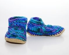 Fast shipping within the USA for handcrafted crocheted Padraig slippers for women. New Zealand wool uppers, sheepskin liners and leather soles. Padraig Cottage sizing chart available. Barefoot Running Shoes, Minimal Shoes, Sheepskin Slippers, Handmade Leather Shoes, Sheep Leather, Star Shoes, Leather Moccasins, Crochet Slippers, Womens Slippers