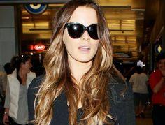 Kate Beckinsale todo sonrisa a su llegada al aeropuerto de LAX ~ ActorsZone