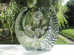 Sie erstehen einen bemerkenswerten Brummer von Mandruzzato-Vase in gutem Zustand aus den 60er/70er Jahren. Die Vase wiegt dezente 5kg, bei einer Höhe von 19,5 cm, einer Diagonale von 24 cm und einer Stärke von 8 cm. Das Überfangglas in Klar und Petrol weist an den Rändern die Mandruzzato - übliche Borkenstruktur auf, die Flächen sind plangeschliffen und mit Diamant-gestichelten ( gekonnt und von Hand ) Motiven versehen. Die eine Seite zeigt eine einzelne Rose, die Andere ein Bouquett.Die…