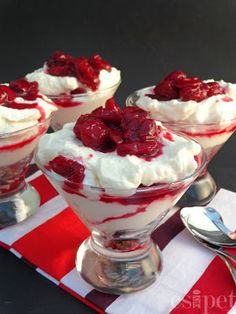 """egycsipet: Meggyes """"sajttorta"""" pohárban Mousse, Eat Pray Love, Low Carb Sweets, Chia Puding, Aesthetic Food, Panna Cotta, Buffet, Sweet Treats, Food Porn"""