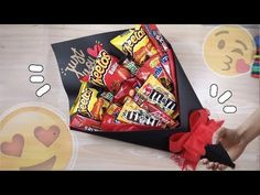 Quick and easy gift Valentine ♥ Sweet bouquet or bouquet Bouquet Cadeau, Candy Bouquet Diy, Food Bouquet, Gift Bouquet, Candy Gift Baskets, Candy Gifts, Valentines Bricolage, Valentines Diy, Cute Gifts