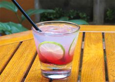 Caipirinha de Groselha - 50ml de cachaça,15ml de groselha,15ml de suco de limão,100ml de água gaseificada,5 pedras de gelo     Modo de preparo:Coloque todos os ingredientes em um copo e mexa bem. Se quiser, enfeite a bebida com duas rodelas de limão.Rendimento: 1 dose.