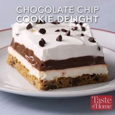 Chocolate Chip Cookie Delight - Yummy dessert made with chocolate chip cookie crust La mejor imagen sobre healthy breakfast para tu - Cookie Desserts, Easy Desserts, Cookie Recipes, Baking Desserts, Yummy Treats, Sweet Treats, Yummy Food, Cookies Et Biscuits, Dessert Bars