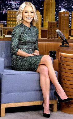 Kelly Ripa from The Big Picture: Today's Hot Photos The Live! with Kelly star takes time out of her busy schedule to stop by The Tonight Show Starring Jimmy Fallon in New York City. Kelly Ripa Feet, Kelly Ripa Hair, Lovely Legs, Nice Legs, Young Fashion, Women's Fashion, Dress For Success, Black Lingerie, Hottest Photos