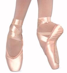 a look inside a ballet shoe Because people always ask if you actually stand on tip toe. They think ballet is easy Dancers Feet, Ballet Dancers, Pink Ballet Flats, Ballerina Shoes, Ballet Photography, Ballet Beautiful, Dance Wear, Just Dance, Hip Hop