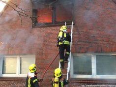 Dach muss nach Brand komplett durch die Feuerwehr abgedeckt werden http://www.feuerwehrleben.de/dach-muss-nach-brand-komplett-durch-die-feuerwehr-abgedeckt-werden/ #feuerwehr #firefighter
