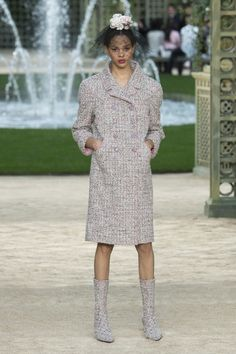 The complete Chanel Spring 2018 Couture fashion show now on Vogue Runway. Chanel Fashion, Couture Fashion, Runway Fashion, Womens Fashion, Fashion 2018, Fashion Week, Fashion Outfits, Chanel Couture, Fashion Show Collection