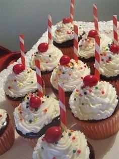 Strawberry Sundae Cupcakes Sundae Cupcakes, Ice Cream Cupcakes, Cute Cupcakes, Cupcake Frosting, Cupcake Cookies, Strawberry Sundae, Classroom Treats, Ice Cream Social, Simple Blog