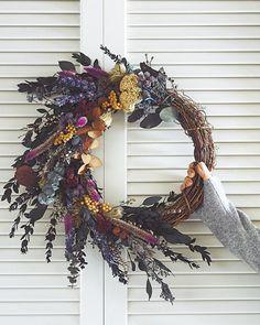 19 Inspiring Winter Flower Arrangements on via Brit + Co. Diy Fall Wreath, Autumn Wreaths, Spring Wreaths, Wreath Ideas, Winter Flower Arrangements, Floral Arrangements, Beautiful Bouquet Of Flowers, Diy Crafts To Do, Winter Wedding Flowers
