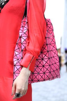 Woahhh that bag! Can i please have a bag like this °_°  Street Fashion - Tokyo