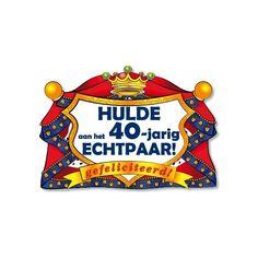 Een prachtig huldeschild voor het 40 jarig echtpaar. Het koninklijke kroonschild is van karton en ongeveer 40 bij 50 cm groot.