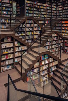 Straight out of Inception or the grand staircase from 'Hogwarts Castle' in the Harry Potter series is a whimsical, mind-tripping bookstore in China. Art Optical, Optical Illusions, Yangzhou, Mirror Ceiling, Dream Library, Colossal Art, World Of Fantasy, Illusion Art, Grand Staircase