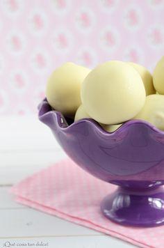 Bolas de masa de galleta con mantequilla de cacahuete cubiertas de chocolate blanco