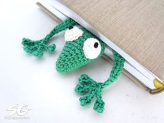 Amigurumi marque page Gecko crocheté – Supergurumi Crochet Diy, Crochet Amigurumi, Crochet Books, Crochet Gifts, Amigurumi Patterns, Knitting Patterns, Crochet Patterns, Crochet Mignon, Confection Au Crochet