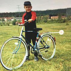 """Siihen aikaan kun ukki """"ison pyörän"""" pyörän osti. Tähän kaiverrutettiin syntymäajat Kuopion poliisilaitoksella ja olipahan polleeta ku ukki vielä tunsi polliisipiällikön. Muistan vielä millaiselta ukin kerrostalon varasto tuoksui Niiralankadulla. Siellä sitä pyörää säilytettiin. #tembuksentarinoita #fb #kuopio"""
