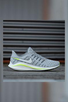 Der Nike Air Zoom Vomero 14 gewährleistet Dir ein kraftvolles, geschmeidiges Laufgefühl. Das modisch designte Obermaterial gibt Dir Sicherheit und schützt Deinen Fuß bei jedem Schritt. Noch dazu genießt Du dank der Nike React-Technologie und dem Zoom Air-Element einen exzellenten Tragekomfort. Starte jetzt Dein Lauftraining und komme fit durch den Sommer.  Shop: SC24.com   ArtNr: 82927 #Nike #AirZoom #Vomero #Laufen #Ausdauer #Ausdauertraining