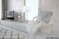 Home White Home: Lumikuningattaren valtaistuin White Houses, White Decor, Diy Room Decor, Dining, Chair, Offices, Interior, Living Rooms, Decor Ideas