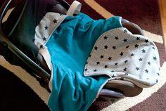Du möchtest eine MaxiCosy-Decke nähen? Ich stelle in diesem Beitrag ein tolles Freebook vor, damit Du für dein Baby eine schöne Einschlagdecke nähen kannst.