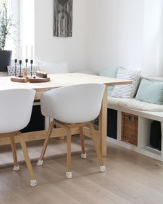 The HAY chairs at the dining table and a nice simple bench is Scandinavian living! You can find more inspiration on COUCHstyle. Scandinavian Living, Ikea Diy, Interior, Dining Table With Bench, Kitchen Decor, Simple Benches, Dining Table, Ikea, Living Room Table