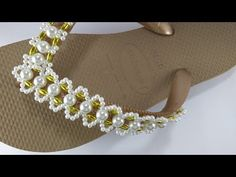 Como Fazer uma Trama Simples,Para chinelo - Marah Santos - YouTube Glass Slipper, Flip Flops, Slippers, Make It Yourself, Beads, Simple, Pattern, Shoes, Flip Flop Decorations