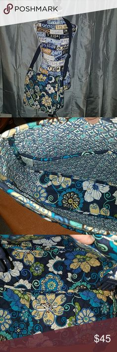 💙Messenger bag💙 Vera Bradley laptop bag. Adjustable strap, compartments on inside, and extra storage pocket on back. In great condition! Vera Bradley Bags Laptop Bags