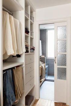 VESTIDOR - REFORMA Y DECORACIÓN, NATALIA ZUBIZARRETA INTERIORISMO. Las generaciones se fusionan en el hogar de Amaia. Recuperando la vivienda de su abuela, se ha buscado obtener máxima luminosidad en un espacio en el que muebles y objetos, que viven en esta casa desde siempre, convivan con estilo sencillo y moderno que caracteriza a los nuevos inquilinos. Small Walkin Closet, Small Closets, Bedroom Closet Design, Closet Designs, Bedroom Decor, Beautiful Closets, Small Room Decor, Bedroom Layouts, Luxury Homes Interior