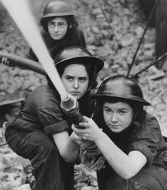 1941. Women firefighters at the Royal Northern Hospital in Holloway, training for blitz fires. pic.twitter.com/W9C7aP5fZ9