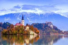 (In het meer van Bled in Slovenië ligt een piepklein eilandje waar je gemakkelijk per Pletna (een overdekte gondel, red.) naartoe kan varen. Roeien, zeilen en zwemmen zijn ook toegelaten.