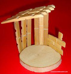 Capanna del presepe con le mollette Nativity Crafts, Christmas Nativity, Christmas Art, Christmas Projects, Christmas Ornaments, Wooden Clothespin Crafts, Clothespin Cross, Family Crafts, Crafts For Kids